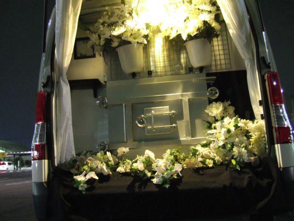 夜のフラワー訪問ペット火葬車